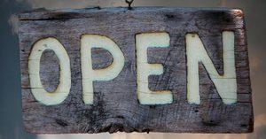 """Wolken dramatisch davor Schild mit Text: """"Open"""""""